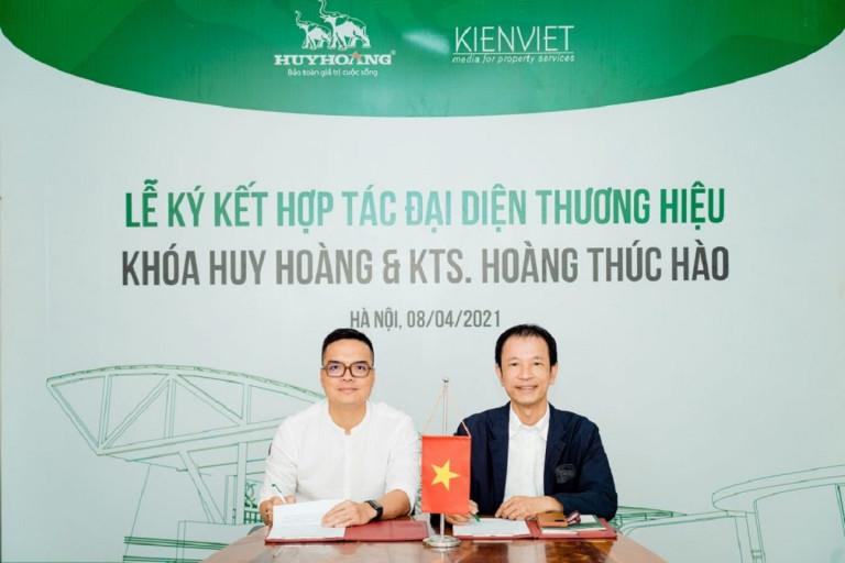 Ông Nguyễn Quang Huy - TGĐ Công ty TNHH Khoá Huy Hoàng (bên trái) và KTS Hoàng Thúc Hào (bên phải) ký kết hợp tác