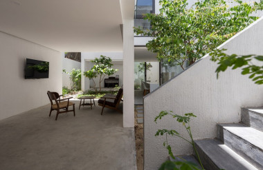 Diện tích khu đất gần 130 m2 nhưng gia chủ và nhóm thiết kế chỉ xây gần 60 m2, còn lại để cho sân vườn