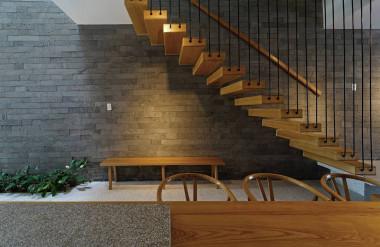 Công trình chủ yếu sử dụng chất liệu gỗ và đá.
