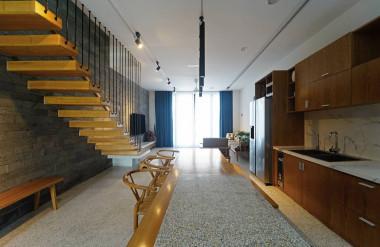 Ở tầng trệt, không gian sinh hoạt chung được thiết kế mở.