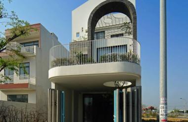 Cổng bên ngoài là cửa sắt và các trụ bê tông đặt giãn cách nhau, giúp đưa gió vào nhà tốt hơn nhưng vẫn đảm bảo an ninh.