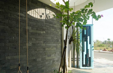 Công trình sử dụng các đường cong để tạo sự khác biệt với các căn nhà phố thông thường.