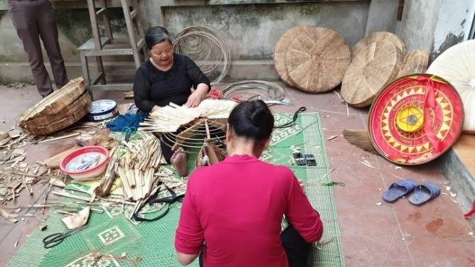 Nghề làm nón quai thao truyền thống ở nhà nghệ nhân Phạm Trần Canh (thôn Quang Trung)