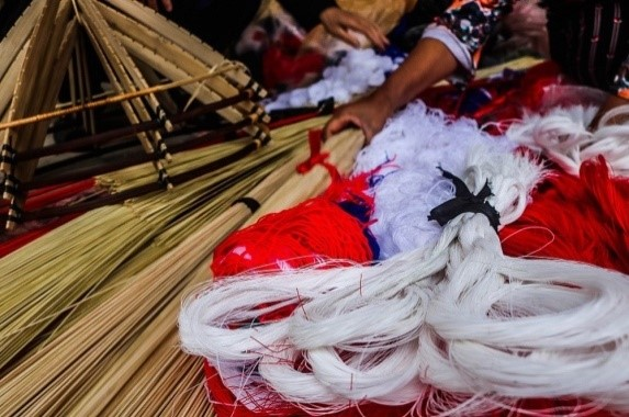 Khuôn vòng, cước, chỉ màu, lá lụi làm nón (nguồn: internet)