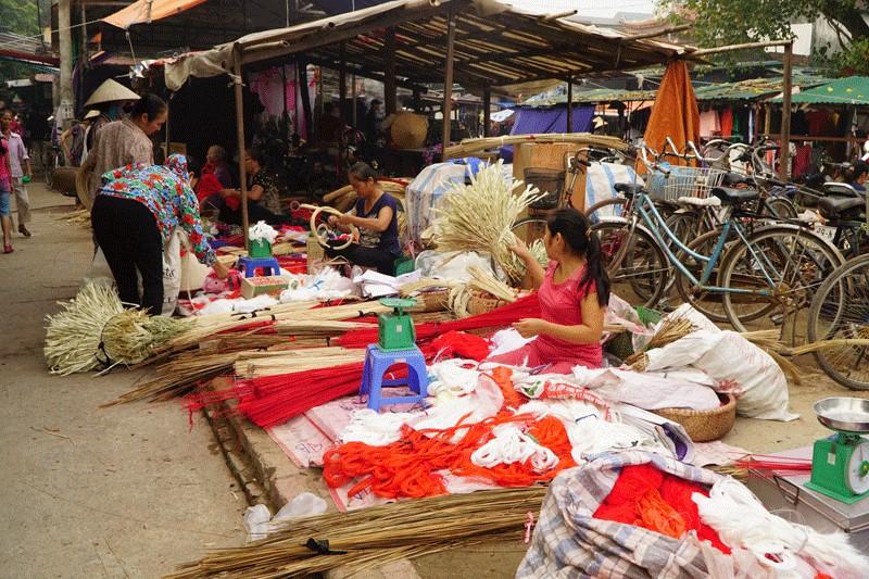 Vật liệu làm nón ở chợ Chuông (nguồn: internet)