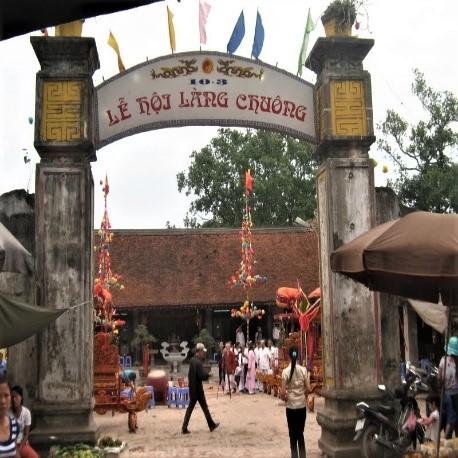Đình làng Chuông trong ngày lễ hội (nguồn: internet)