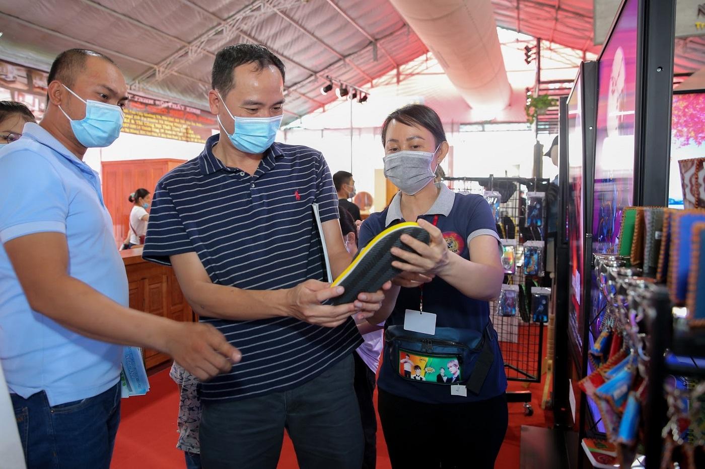 Gian hàng trưng bày sản phẩm ứng dụng công nghệ 3D lenticular của Thadan 3DX Global tại triển lãm Vietbuild thu hút người tham dự
