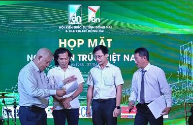 KTS Khương Văn Mười, nguyên PCT hội KTSVN trao giải Nhà đẹp Sông Phố