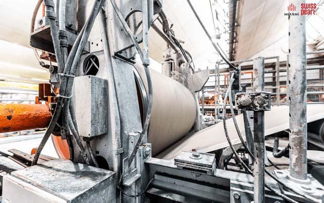 Hỗn hợp xi măng sợi còn ướt sẽ được chạy qua máy cán để đạt độ mịn chuẩn nhất.