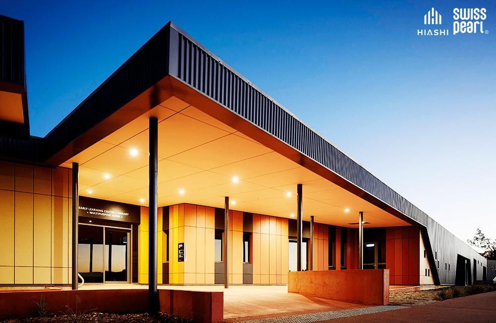 Công trình trung tâm Wichkham, Úc sử dụng mặt dựng ốp Swisspearl màu thiết kế riêng.