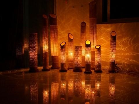 Sản phẩm mây tre đan khi kết hợp với ánh sáng lấy tạo hình thân cây luồng.