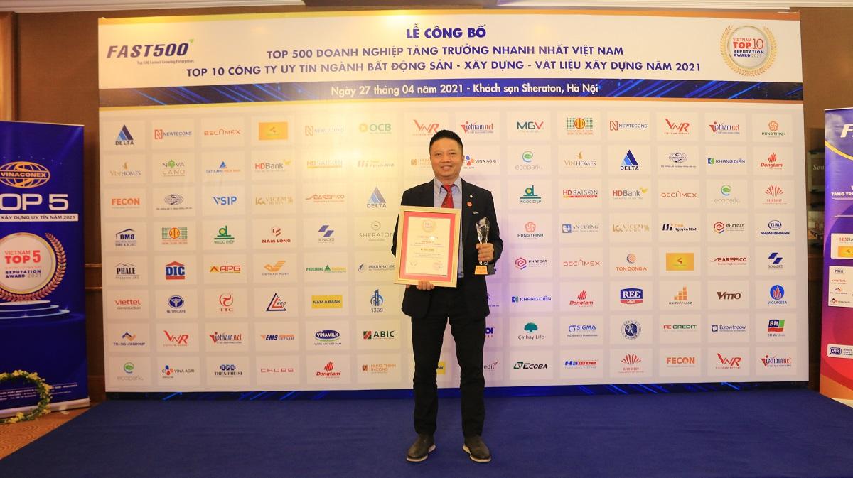 Ông Đặng Minh Phương – Giám đốc Điều hành miền Bắc Saint-Gobain Việt Nam nhận giải thưởng tại lễ vinh danh