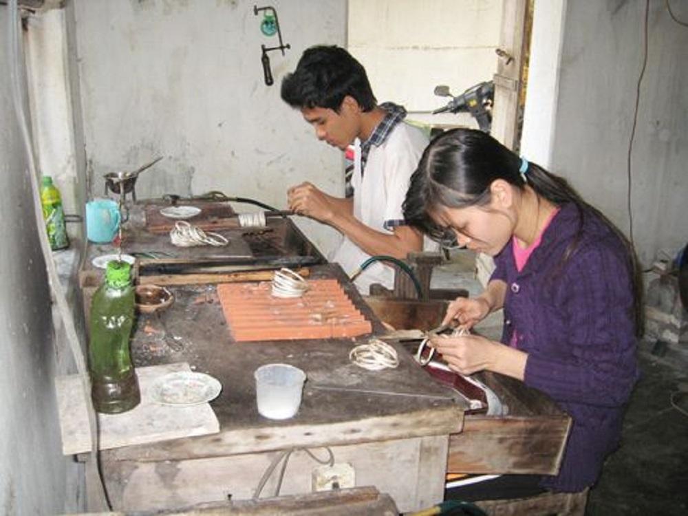 Nghề chạm bạc tại thôn Huệ Lai (nguồn: Internet)