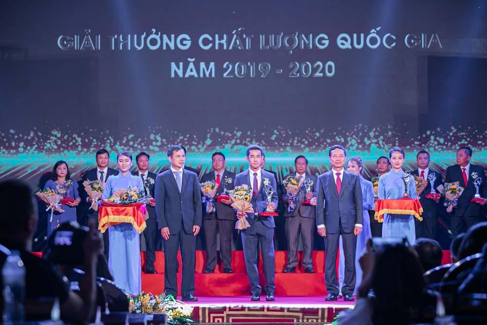 Ông Nat Changlum - Giám đốc Tài chính của Tập đoàn Prime, đại diện cho tập đoàn Prime, lên nhận giải thưởng Chất lượng Quốc gia năm 2020 tại lễ trao giải Chất lượng Quốc Gia.