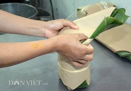 Giò gói xong đem thả ngay vào nồi nước sôi và luộc, tùy theo cỡ giò mà có thời gian vớt thích hợp.