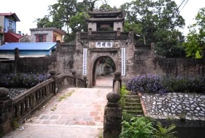 Cổng làng Ước Lễ nhìn từ ngoài vào