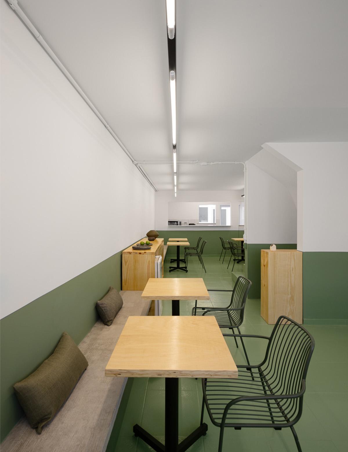 Sử dụng hai màu sơn khác nhau khiến bức tường trông ngắn lại. Ảnh: Manuel Sá.
