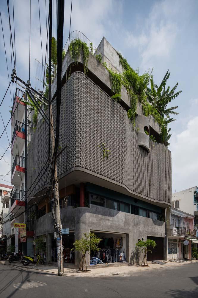 Nhìn từ bên ngoài, ngôi nhà nổi bật với lớp vỏ bê tông và cemboard màu xám.