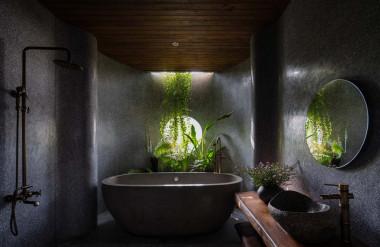 Phòng tắm trong phòng ngủ master là một điểm nhấn của công trình. Nó có giếng trời phía trên và ô cửa sổ nhìn ra bên ngoài.