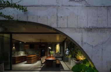Công trình sử dụng chủ yếu các vật liệu như bê tông thô, xi măng nước láng, đá mài, gỗ, cemboard. Các phòng trong nhà đều dùng đèn vàng để tạo cảm giác thư giãn.