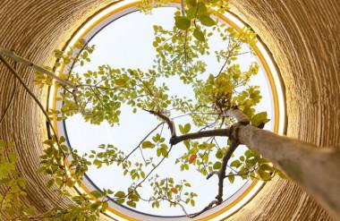 Mái nhà cũng là giếng trời, được lợp kính để bảo vệ công trình khỏi mưa.