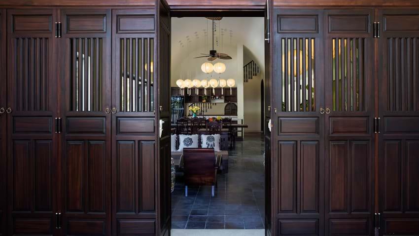 Hệ cửa thượng song hạ bản ứng dụng từ kiến trúc nhà ở Hội An truyền thống.