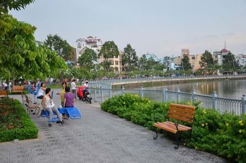 Phát triển công viên cây xanh dọc bờ sông, kênh rạch sẽ giúp TP HCM tăng diện tích cây xanh. Trong ảnh: Công viên dọc kênh Nhiêu Lộc - Thị Nghè Ảnh: TẤN THẠNH
