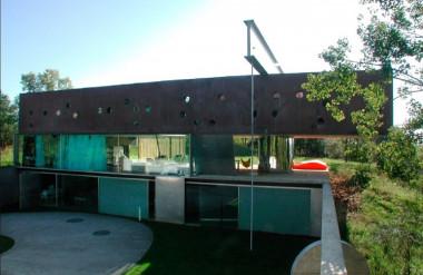 Căn nhà gồm ba tầng như ba khối xếp chồng lên nhau.