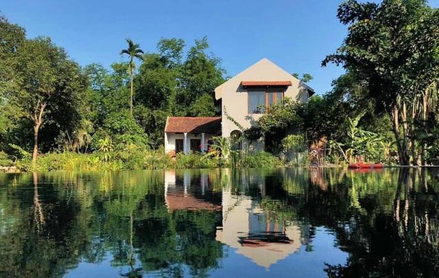 Bao quanh nhà là đồi núi, ao cá và cánh đồng lúa.