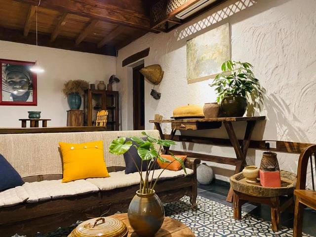 """Phía trong chị Hường tận dụng những vật dụng của ngôi nhà cũ """"biến hình"""" chúng thành những món đồ xinh xắn."""