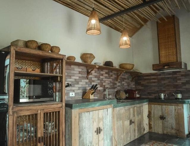 Căn bếp cũng được gia chủ thiết kế theo lối kiến trúc Bắc Bộ.
