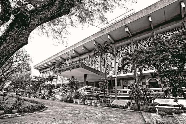 Thư viện Khoa học tổng hợp do KTS Nguyễn Hữu Thiện và KTS Bùi Quang Hanh thiết kế, hoàn thành xây dựng năm 1972 được đánh giá cao về giải pháp kiến trúc thích nghi với điều kiện khí hậu nhiệt đới nóng ẩm, mưa nhiều.