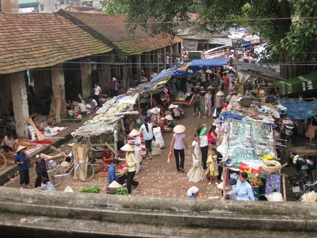 Chợ làng Chuông nhìn từ chùa (nguồn internet)
