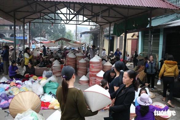 Không gian mua bán nguyên liệu nghề nón trong chợ làng Chuông (nguồn: internet)