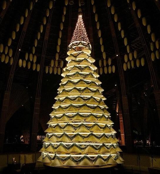 Cây thông Noel (ngoại thất) làm từ nhiều chiếc nón (internet)