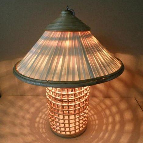 Đèn bàn (nội thất) làm từ nón lá (internet)