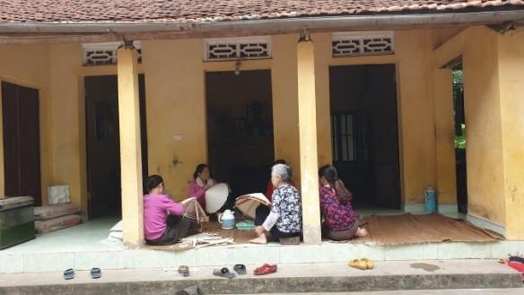 Phụ nữ thôn Liên Tân tụ tập làm nón tại nhà
