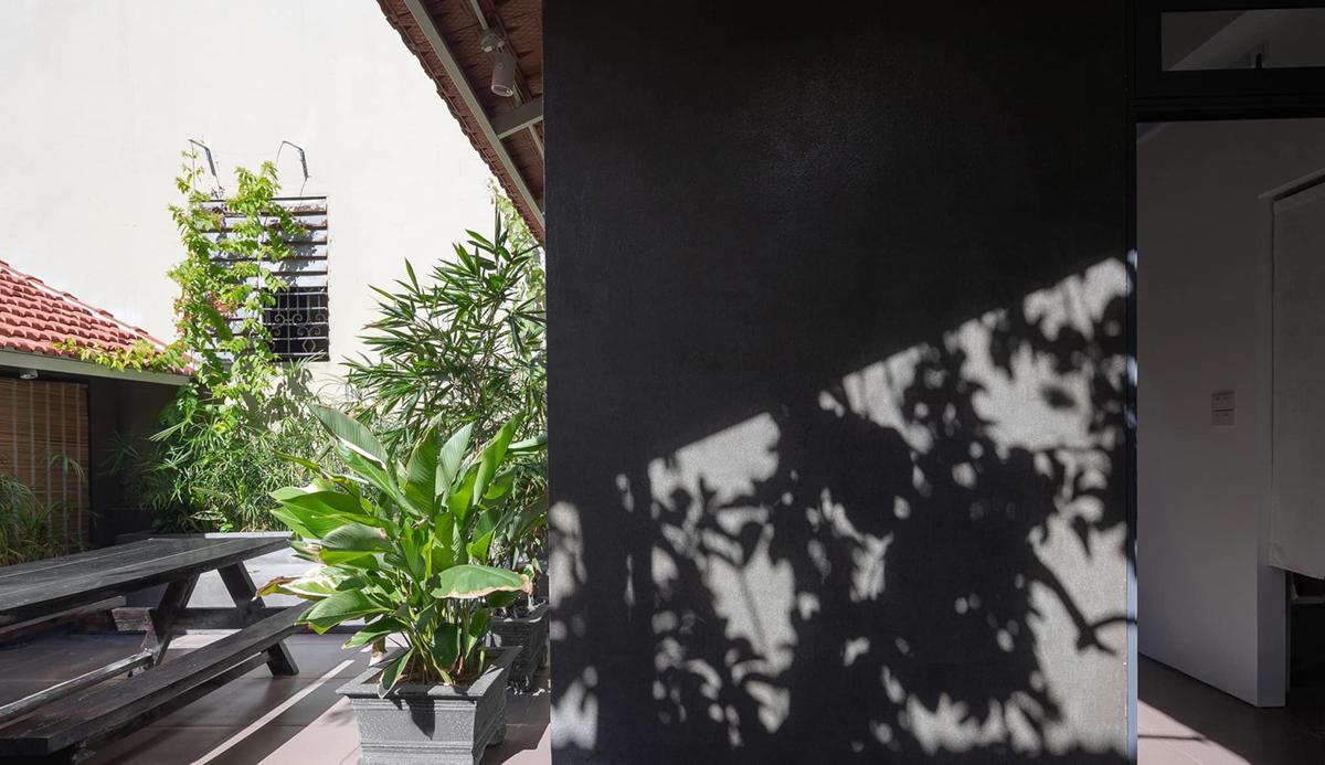Bóng nắng hắt bên thềm tầng 2.