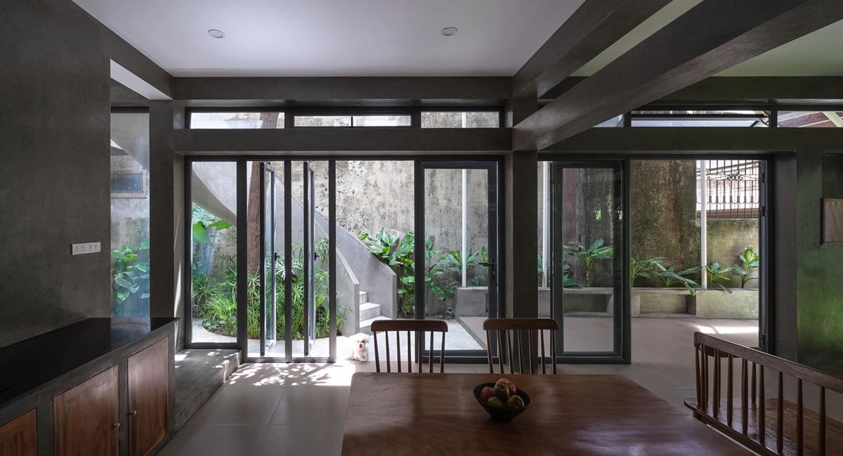 Cửa kính lớn đón gió, hiên nhà lợp ngói, giúp cản nắng.