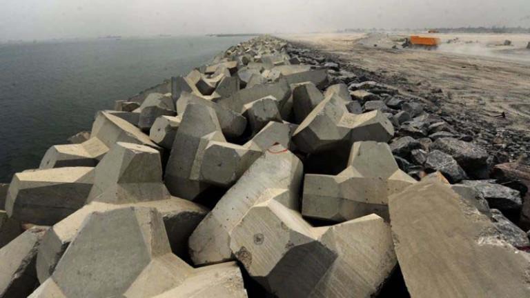 """""""Bức tường Lớn Lagos"""" nhằm bảo vệ bờ biển khỏi bị xói mòn (Ảnh: Getty Images)"""