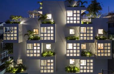 Bằng cách này, họ đã tạo ra không gian rỗng cho phép gió và ánh sáng tự nhiên lưu thông đến mọi ngóc ngách của ngôi nhà trong khi vẫn giữ được diện tích cần thiết.