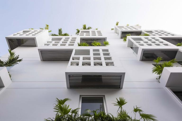 Ngôi nhà cao 5 tầng và bao gồm 7 phòng, trong đó có 2 phòng thông tầng với sân riêng. 7 phòng này ôm trọn 2 khoảng trống bên trong với một số ban công hướng ra bên ngoài.