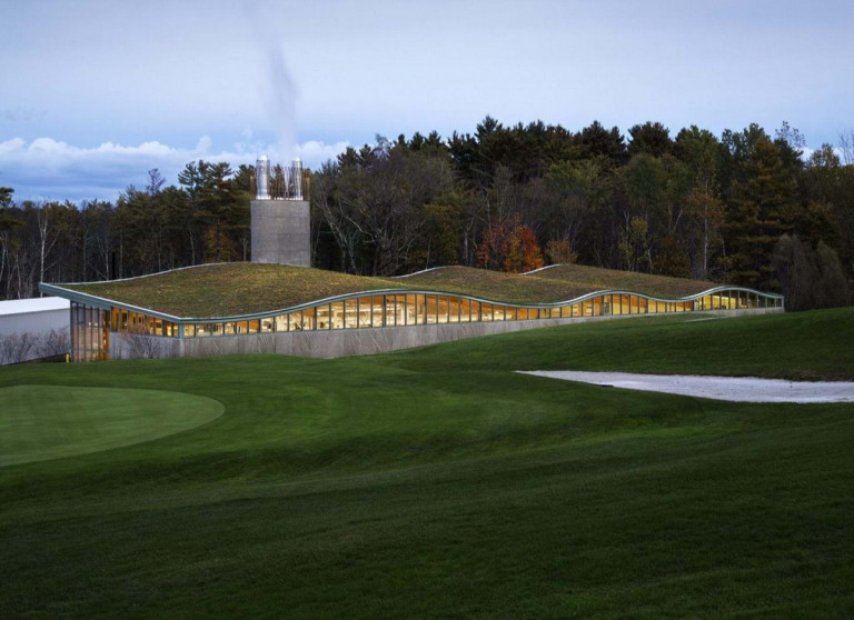 Mái dốc màu xanh lá cây nhấp nhô để tăng sự hòa nhập với cảnh quan.