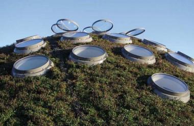 Mái nhà tạo ra năng lượng thông qua hơn 55.000 tế bào quang điện trong kính.