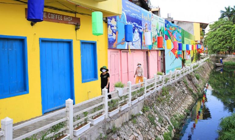 Tuyến đường ven hồ Trúc Bạch (quận Ba Đình) được cải tạo, chỉnh trang, giúp nâng cao chất lượng đời sống người dân trong khu vực. Ảnh: Nguyễn Quang