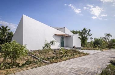 Căn nhà một tầng nằm trên mảnh đất 420 m2.