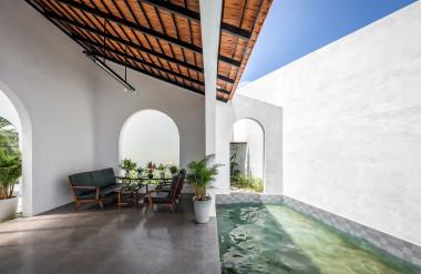 Nhà được thiết kế với nhiều ô cửa để tăng cường lưu thông gió. Để đảm bảo riêng tư và an toàn, bao quanh nhà là lớp tường cao từ 2,6 đến 5,5 mét.