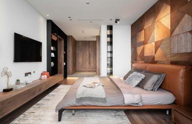 Trong phòng ngủ master, khu vực nghỉ ngơi và vệ sinh ngăn cách bằng giải pháp nâng sàn để tạo cảm giác rộng rãi.