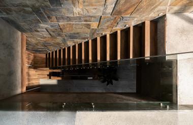 Kết nối hai tầng là cầu thang bậc gỗ.