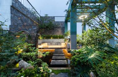 Phần sân vườn rộng 110 m2, chi phí hoàn thiện khoảng 1,8 tỷ đồng.